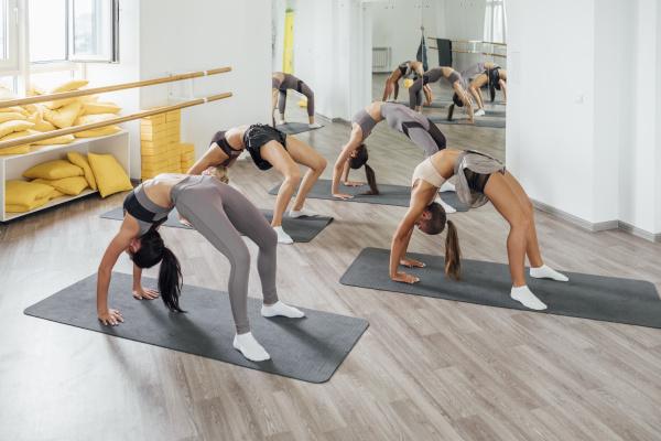 junge frauen beim turnen im fitnessstudio