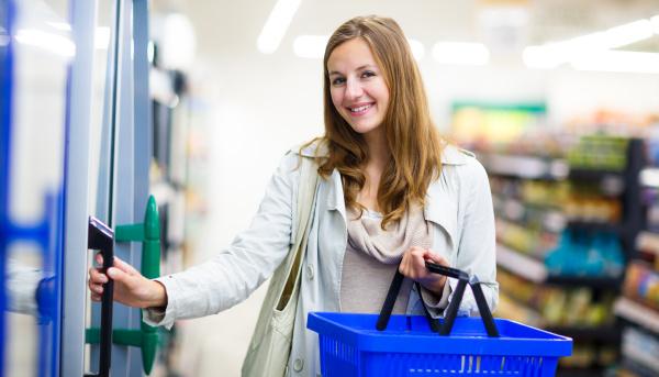 schoene junge frau einkaufen in einem