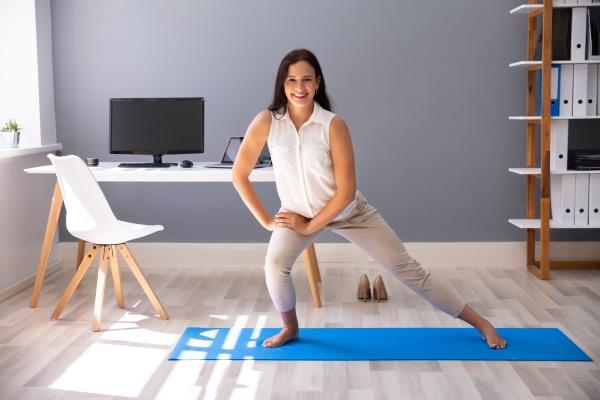 geschaeftsfrau beim stretching training