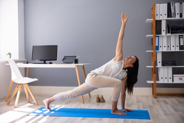 geschaeftsfrau die stretching UEbungen macht