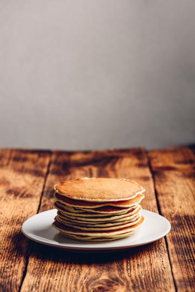 stapel von amerikanischen pfannkuchen auf weissem