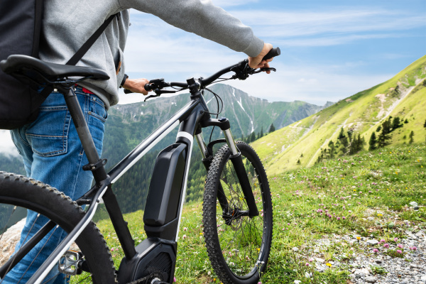 main on mountain mit seinem fahrrad