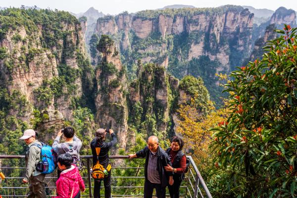 senioren touristen fotografieren in wulingyuan gigantische