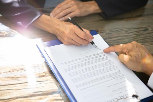 nahaufnahme des handfuellvertragsformulars einer person