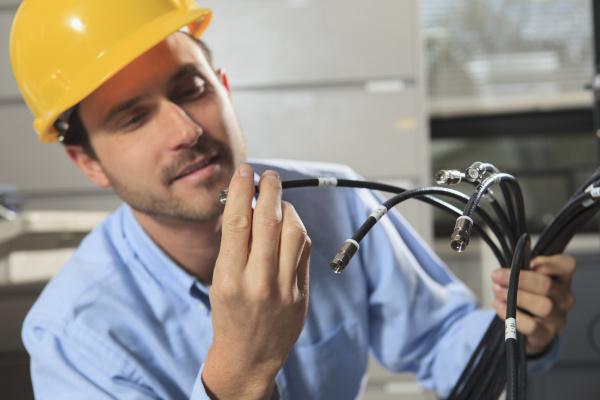 netzwerkingenieur untersucht kabelanschluss