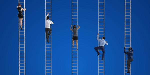 geschaeftsleute klettern leitern