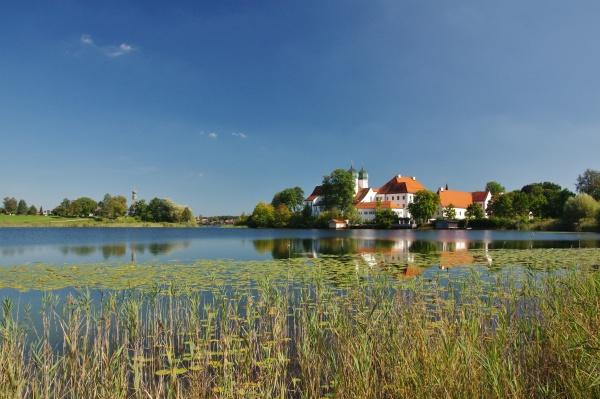 klostersee und kloster seeon chiemgau oberbayern