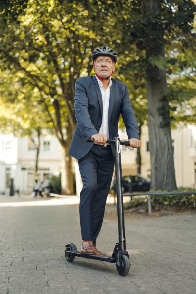 senior mann faehrt e scooter in