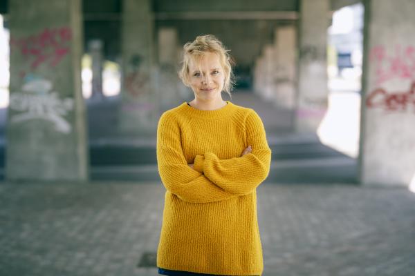 portraet einer laechelnden blonden frau im
