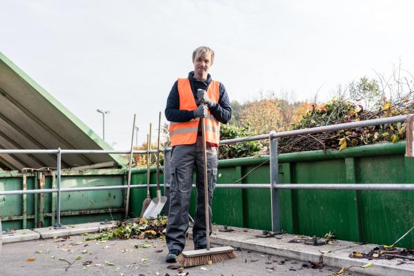 mann fegt den boden des recycling