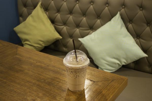 innenarchitektur des coffeeshops holztisch