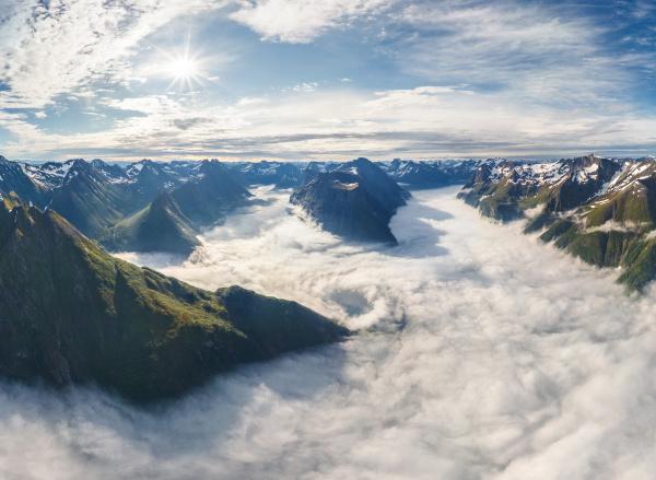 luftaufnahme der bergkette ueber den wolken