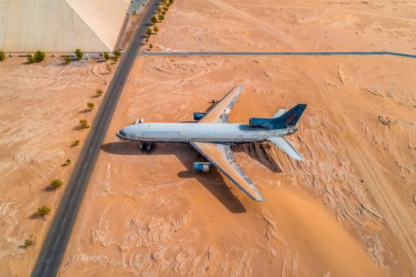 luftaufnahme von museumsflugzeug auf wuestenlandschaft abu