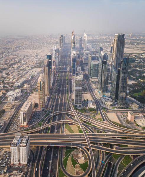 luftaufnahme der verkehrswege und wolkenkratzer in