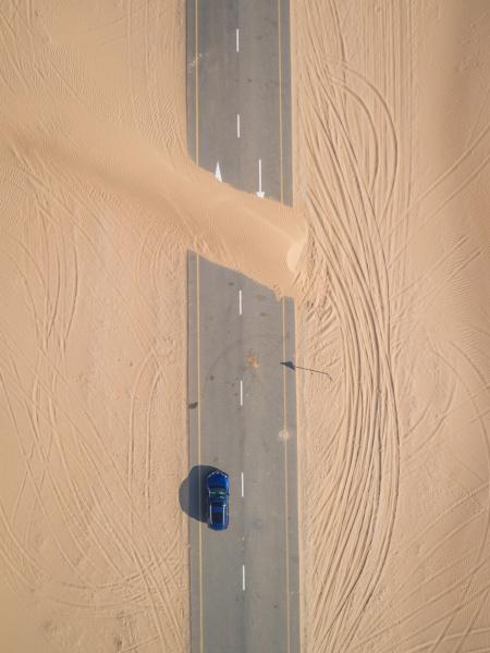 luftaufnahme der mit sand bedeckten strasse