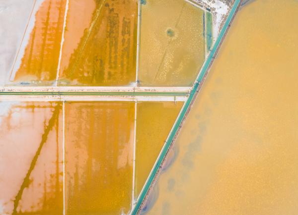 luftbildansicht der bunten salzseen cagliari sardinien