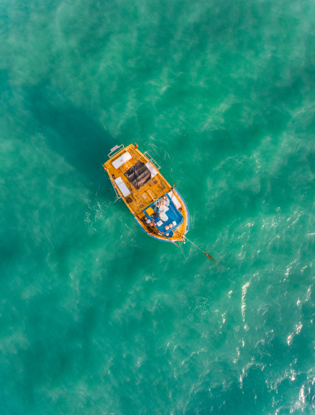 luftaufnahme des traditionellen fischerbootes im meer
