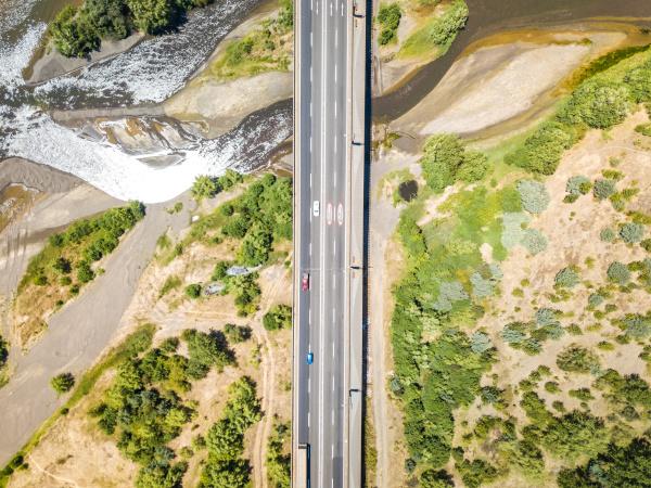 luftaufnahme der bruecke puente llacolen region