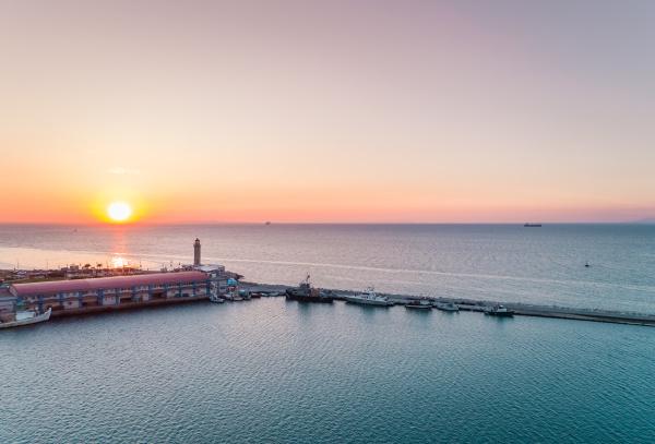 luftaufnahme des sonnenuntergangs am yachthafen in