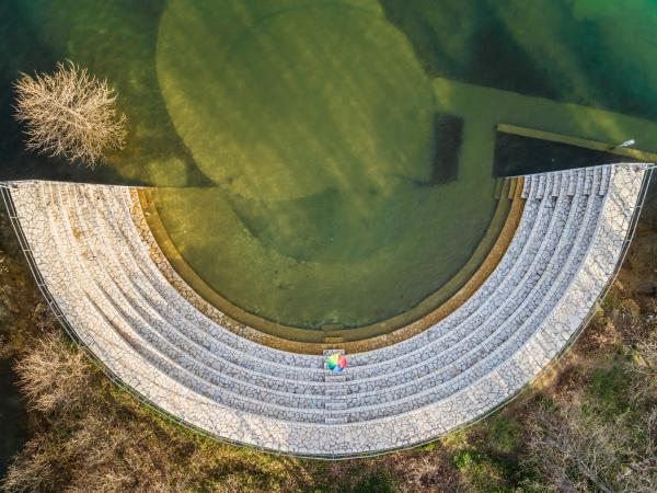 luftaufnahme des regenbogenschirms im amphitheater am