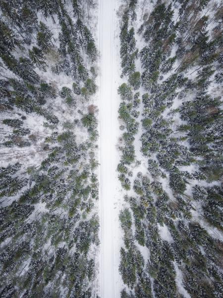luftaufnahme einer leeren strasse mit schnee