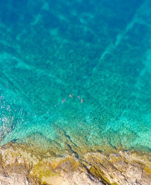 luftaufnahme von touristen schwimmen