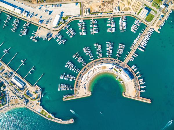 luftaufnahme des yachthafens von sukosan in