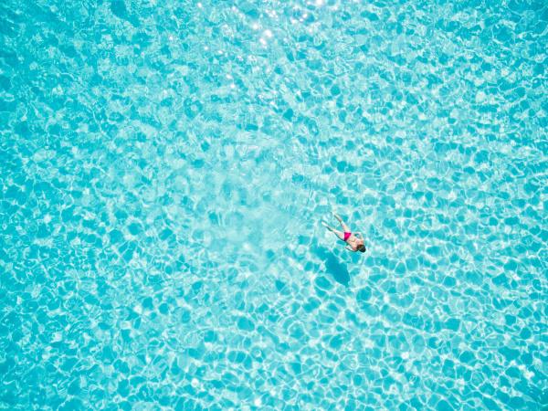 luftaufnahme der schwimmenden frau