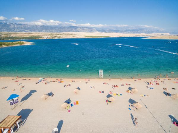 luftaufnahme von touristen am beliebten strand