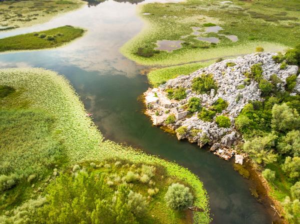 eine luftaufnahme des fischerdorfes karuc skadarsee