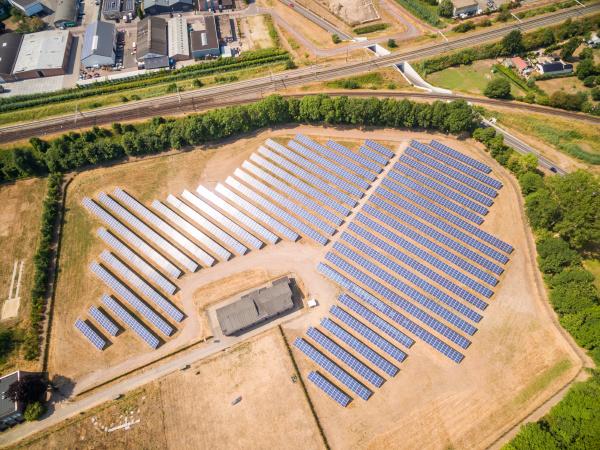 luftaufnahme von photovoltaik paneelen an sonnigem