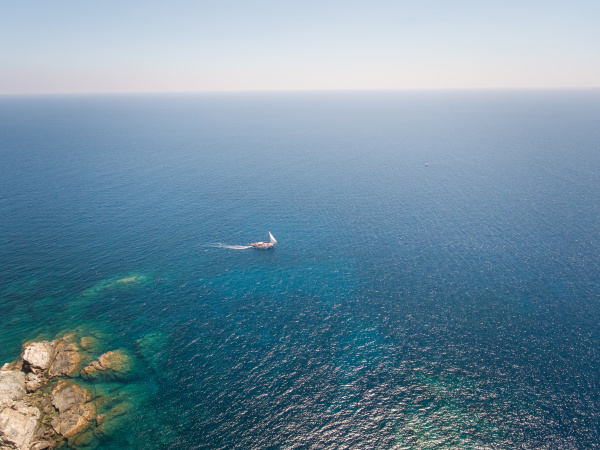 luftaufnahme eines segelbootes das im meer