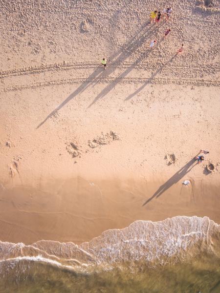 luftaufnahme von menschen am sandstrand in