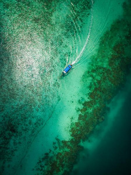 luftaufnahme eines bootes im paradiesischen meer