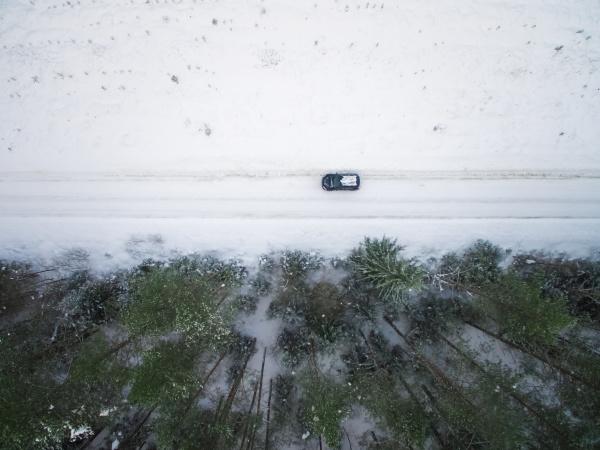 luftaufnahme eines autos auf verschneiter strasse