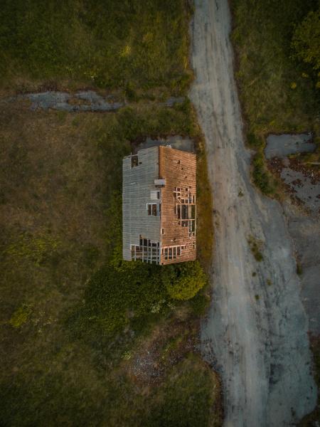 luftaufnahme eines zerstoerten daches