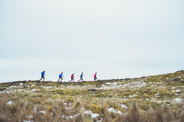 freunde joggen im schnee