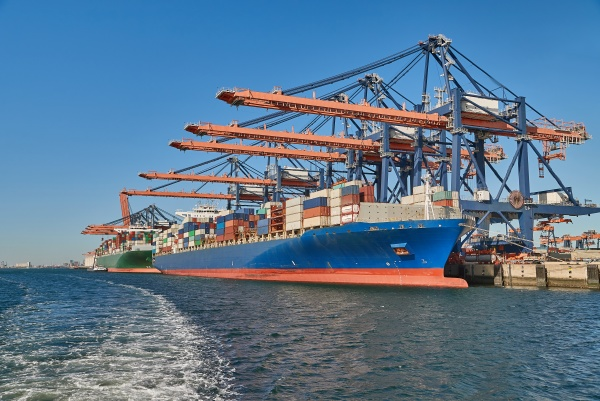 riesiges containerschiff