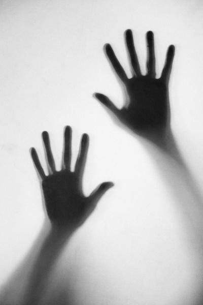 silhouette der frauenhaende beruehren milchglas