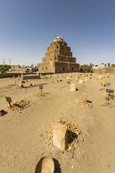 muslimischer friedhof und mausoleum eines sufi