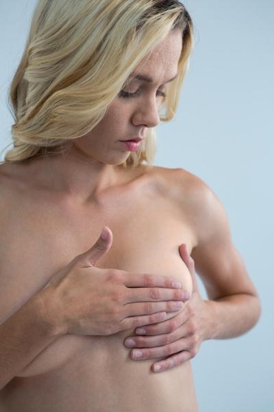 shirtless frau auf klumpen beim beruehren