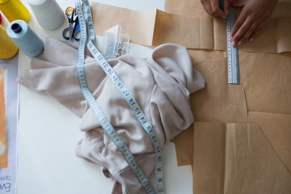 modedesigner markierung auf braunem papier