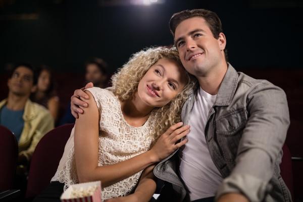 paar schaut film im theater