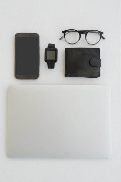 verschiedene gadgets brillen und portemonnaie auf