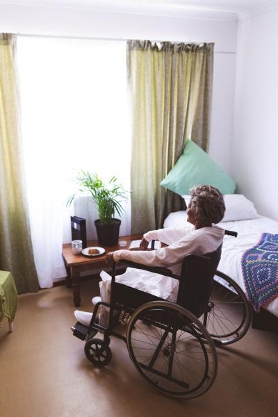 nachdenkliche seniorin sitzt im pflegeheim im