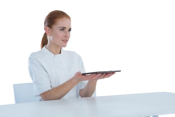 laechelnde geschaeftsfrau haelt tablet computer