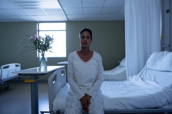patientin schaut auf die kamera waehrend