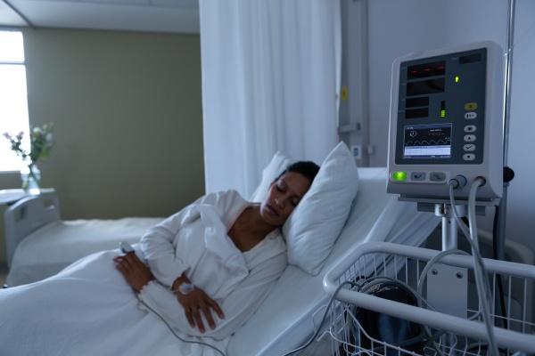 patientin schlaeft im krankenhaus im bett