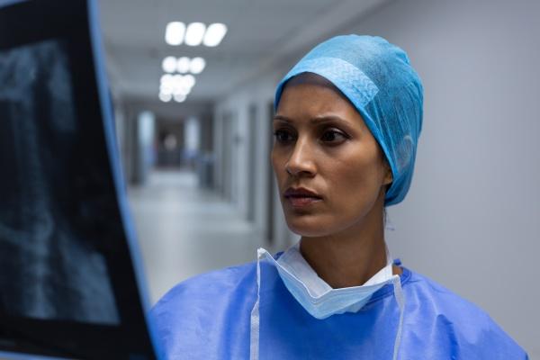 chirurgin untersucht roentgen im flur des
