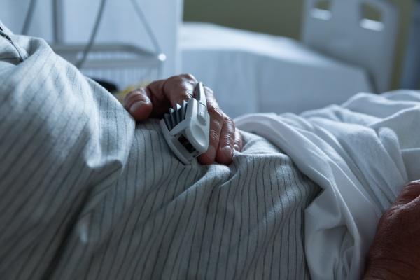 maennlicher patient liegt im bett auf
